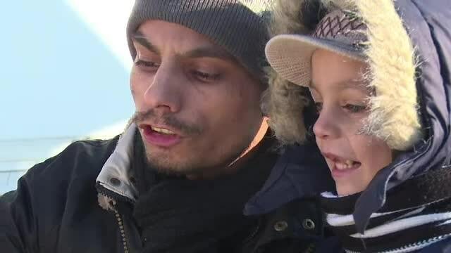 Artistul din Targoviste care canta zi de zi in frig pentru a-si hrani fiul. \