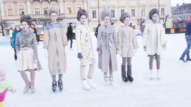 Rochii inedite cu motive de iarna, etalate pe patinoarul din Piata Unirii