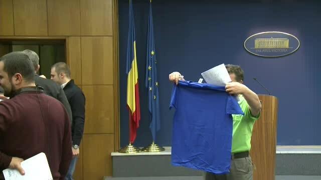 Mirel Palada a impartit presei tricouri cu mesajul: Antiguvernamentesc, deci transmit