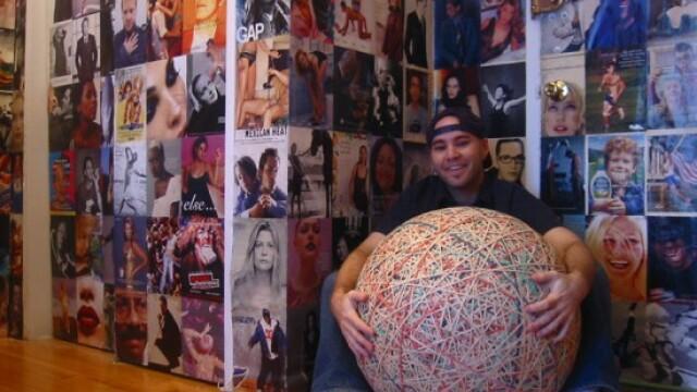 Un barbat de 35 de ani si-a petrecut 32 de ani din viata creand cea mai mare minge din elastice
