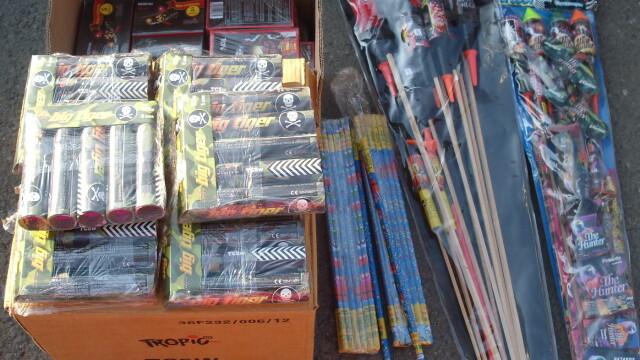 Polițiștii din Olt au găsit în casa unui bărbat peste 10.500 de petarde și artificii