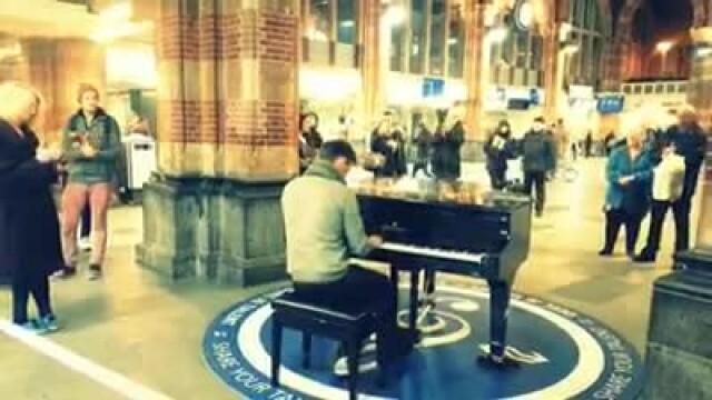 Tanarul care a cantat imnul Romaniei in gara din Amsterdam, invitat de Iohannis la Cotroceni