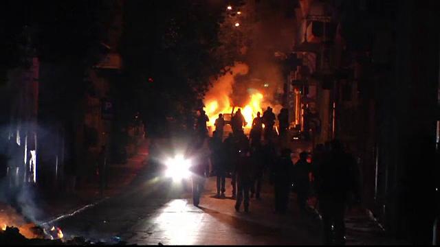 Proteste violente la Atena. Mii de oameni s-au batut cu politistii, au vandalizat magazine si au incendiat pubele de gunoi