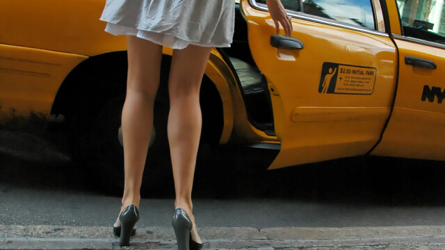 femeie cu fusta scurta care urca in taxi