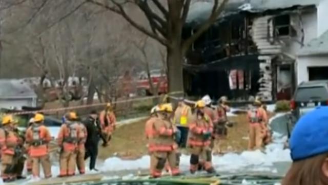 Un avion s-a prabusit peste doua case, in apropiere de Washington. Trei oameni au murit si alti trei sunt dati disparuti