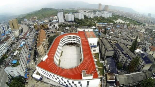 Tara care a construit o pista de atletism pentru elevi deasupra unei cladiri. Elevii alearga la 200 de metri altitudine