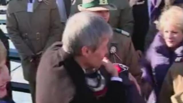 Moment emotionant la parada. Dacian Ciolos a consolat rudele militarilor ucisi: \