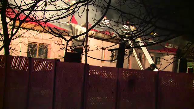 O familie din Bucuresti a ramas pe drumuri, dupa ce casa a fost mistuita de un incendiu. De la ce ar fi pornit flacarile