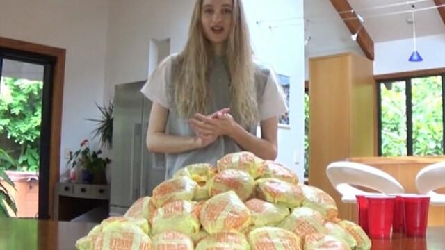 O fosta regina a frumusetii se filmeaza in timp ce mananca 100 de cheesburgeri. Pentru ce este cunoscuta Nela. VIDEO - Imaginea 1
