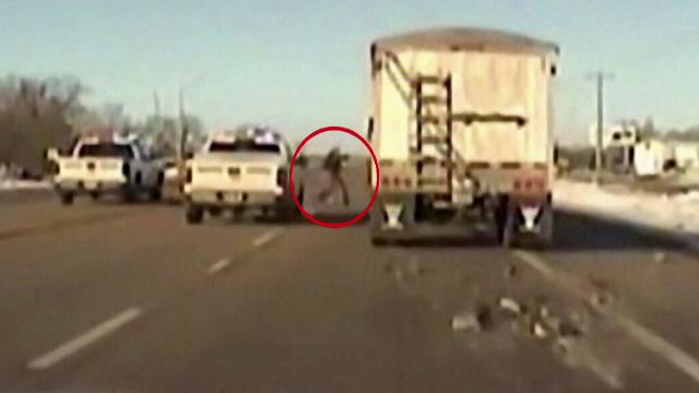 Interventie ca in filme. Politistii au oprit un camion care mergea haotic pe autostrada, dupa ce soferului i s-a facut rau