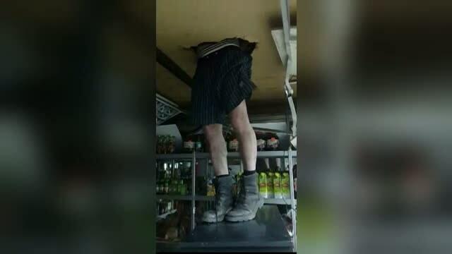 Ghinion pentru un hot din Rusia care a incercat sa intre intr-un magazin. Ce a urmat dupa ce tavanul i-a cedat sub picioare
