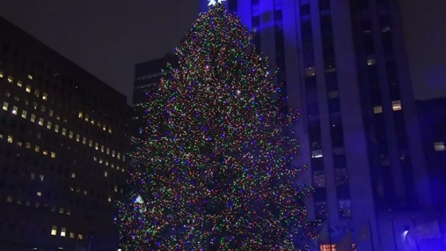 Luminile bradului de Craciun de la Rockefeller Center din New York au fost aprinse. Steaua din varf are 25.000 de cristale