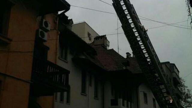 Sute de elevi ai unui liceu din Capitala, evacuati din cauza unui incendiu. Brigitte Sfat a venit imediat la fiul ei - Imaginea 2