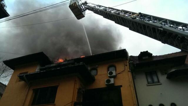 Sute de elevi ai unui liceu din Capitala, evacuati din cauza unui incendiu. Brigitte Sfat a venit imediat la fiul ei - Imaginea 3