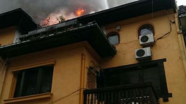 Sute de elevi ai unui liceu din Capitala, evacuati din cauza unui incendiu. Brigitte Sfat a venit imediat la fiul ei - Imaginea 5