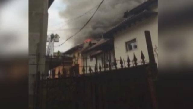Sute de elevi ai unui liceu din Capitala, evacuati din cauza unui incendiu. Brigitte Sfat a venit imediat la fiul ei - Imaginea 6