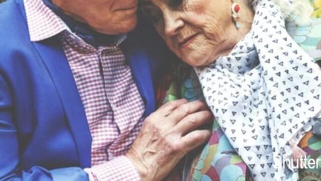 S-au casatorit dupa 60 de ani de relatie. Ce l-a indemnat pe barbatul de 79 de ani sa ia aceasta decizie. FOTO