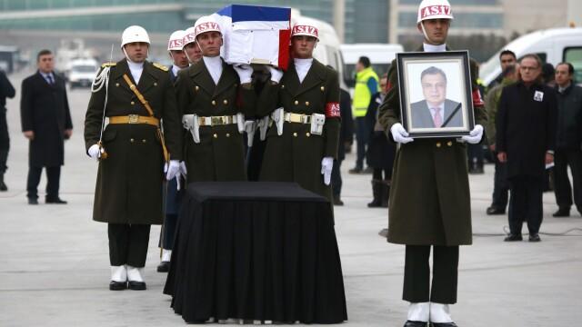 Trupul neinsufletit al ambasadorului rus, asasinat de un politist la Ankara, repatriat. Scenele rare petrecute pe aeroport