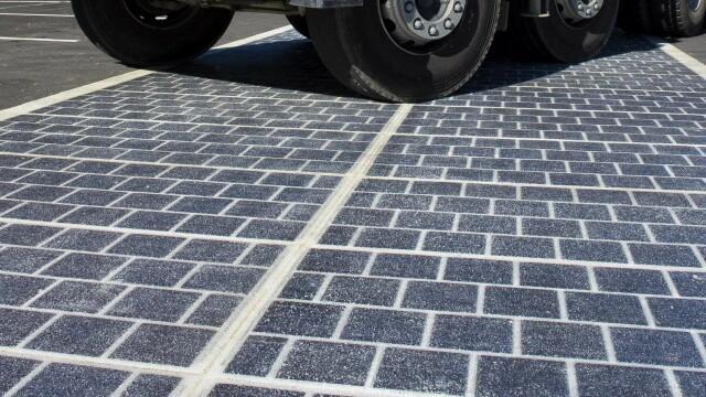 Prima strada solara din lume a fost deschisa. Cat a costat un km de drum acoperit cu panouri solare deosebit de solide