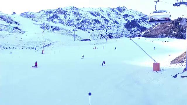 In fiecare iarna, peste 110.000 de romani vin sa schieze din aceasta tara. Statiunea unde pot aluneca pe 550 de km de partii