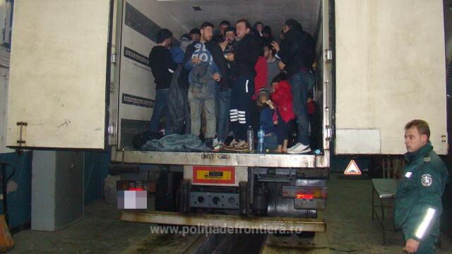 48 de irakieni ascunsi intr-un camion ce transporta ciocolata, descoperiti la vama Giurgiu. Unde intentionau sa ajunga - Imaginea 1