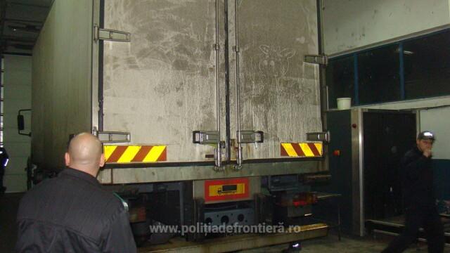 48 de irakieni ascunsi intr-un camion ce transporta ciocolata, descoperiti la vama Giurgiu. Unde intentionau sa ajunga - Imaginea 2