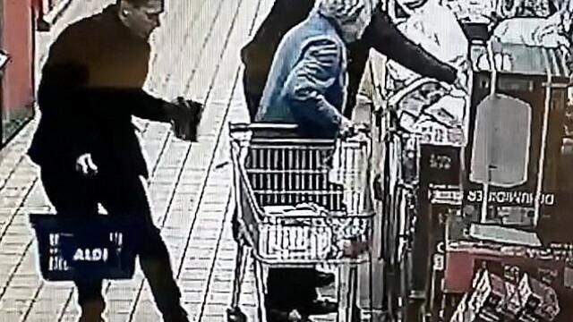 Români filmați în timp ce furau din geanta unei femei de 87 de ani, într-un magazin din Anglia