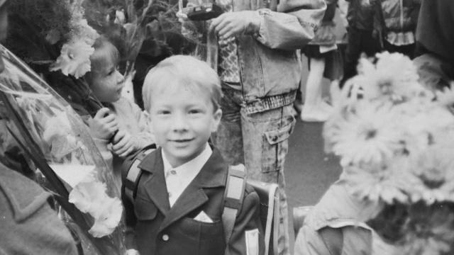 Povestea unei fotografii cu un băiețel rus, în prima zi de școală. Cum l-a căutat o fotografă pe cel din poză