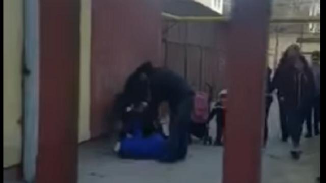 Trei femei s-au bătut în curtea şcolii unde învaţă copiii lor, în Slatina