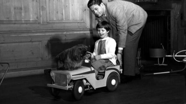 Regele Mihai în timp ce se juca cu Principesa Margareta