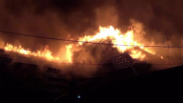 Flăcările au mistuit o casă și două anexe, în Târgu Ocna