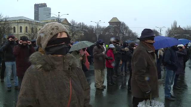 Peste 200 de persoane au protestat, legate la ochi, în Piața Victoriei. VIDEO