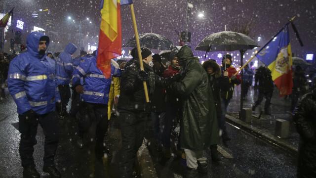 Proteste în Piața Victoriei. Conflict între manifestanți și jandarmi în fața Parlamentului. VIDEO - Imaginea 9