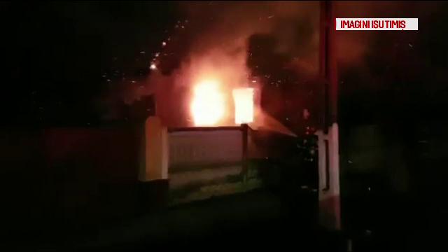 O casă din Timiş s-a aprins ca o torţă. Proprietarul a reuşit să se salveze