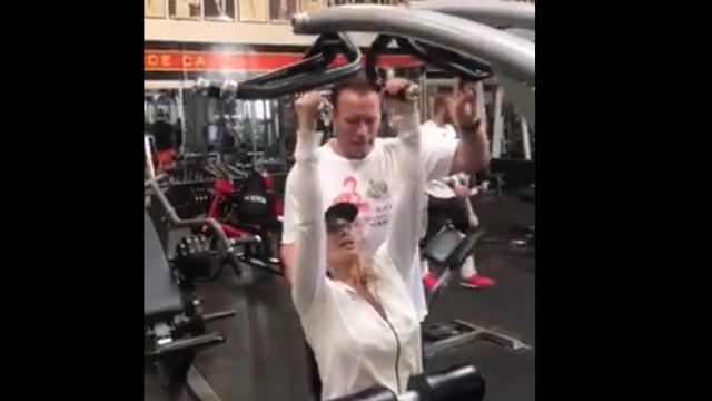 Nadia Comăneci se antrenează la sală cu Arnold Schwarzenegger. VIDEO