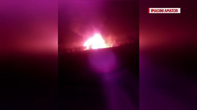 Incendiu puternic la o cabană în localitatea Săsciori, judeţul Alba. Clădirea s-a făcut scrum