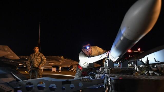 racheta Amraam instalata pe avion