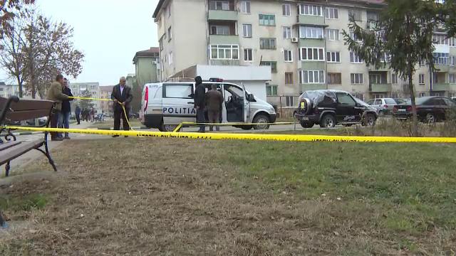 Un bărbat şi-a înjunghiat soţia în faţa fiicei de 6 ani, apoi a încercat să-şi taie gâtul