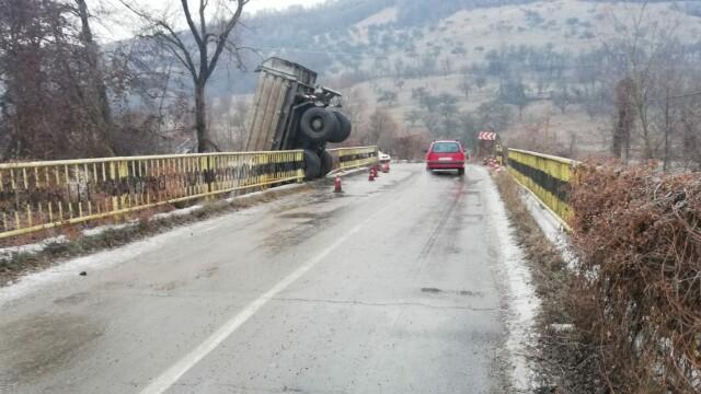 Accident spectaculos în Bistrița, după ce șoferul unei basculante a derapat pe un pod și a căzut în râu