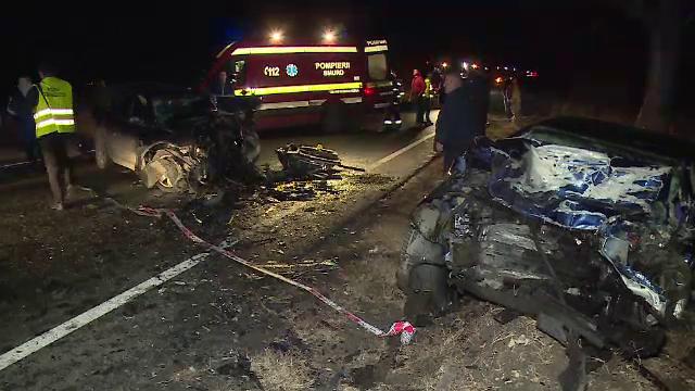 Trei răniți în Arad după impactul violent frontal dintre două mașini