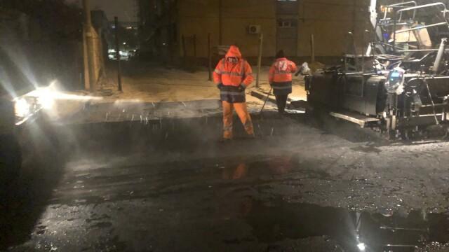 Asfaltare pe zăpadă, în Craiova. Reacția drumarilor surprinși de un consilier local