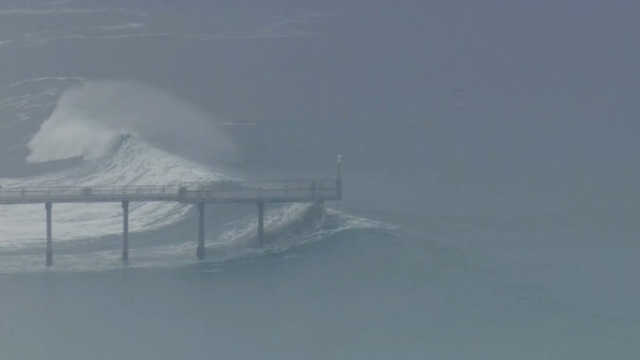 Valuri uriașe surprinse pe o plajă din California. Autoritățile au emis avertizări de pericol