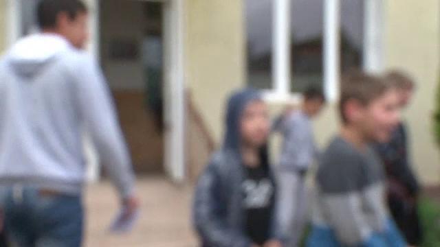 Elevul acuzat că şi-a lovit doi colegi, mutat într-o altă clasă în aceeaşi instituţie de învăţământ
