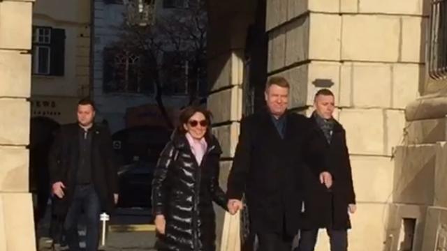 Soţii Iohannis, la slujba din Sibiu. Ţinuta soţiei preşedintelui a atras privirile