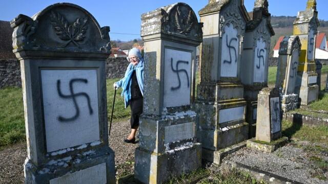 Peste 100 de morminte dintr-un cimitir evreiesc, profanate cu inscripții antisemite - Imaginea 1