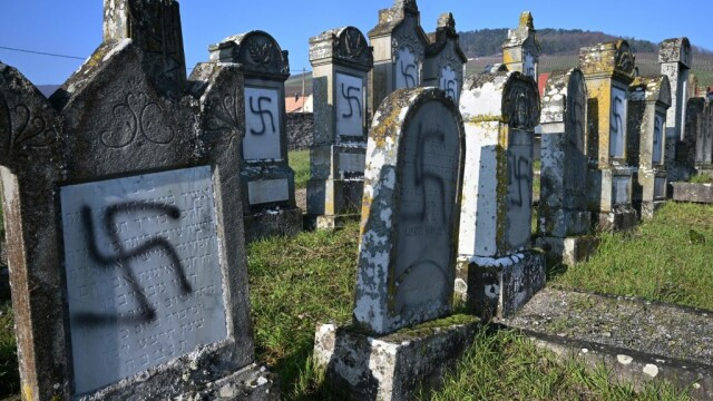 Peste 100 de morminte dintr-un cimitir evreiesc, profanate cu inscripții antisemite - Imaginea 2