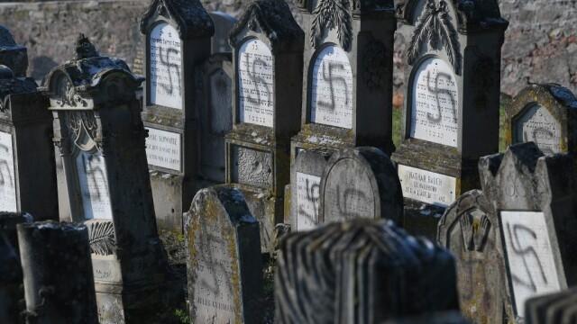 Peste 100 de morminte dintr-un cimitir evreiesc, profanate cu inscripții antisemite - Imaginea 3