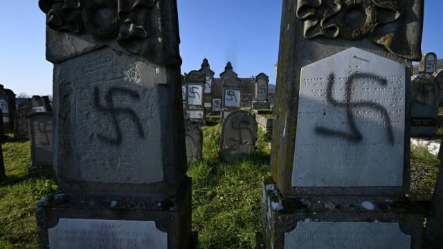 Peste 100 de morminte dintr-un cimitir evreiesc, profanate cu inscripții antisemite - Imaginea 5