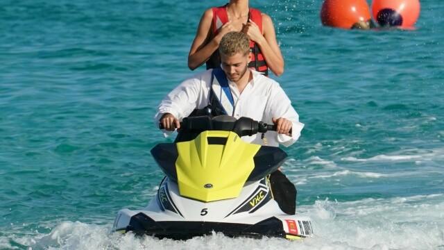 Bella Hadid și Kendall Jenner, imagini incendiare pe plajă, la Miami. GALERIE FOTO - Imaginea 9