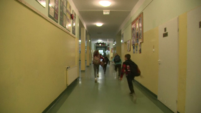 Panică într-o școală din Polonia. Un elev a sărit pe geam în timpul unui atac armat simulat